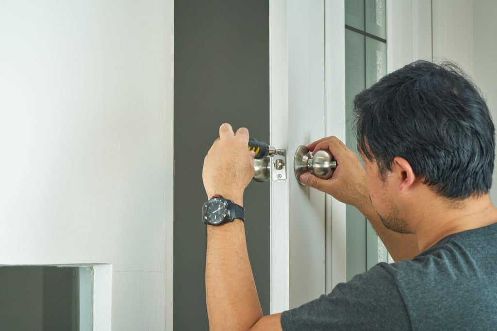 ההבדלים בין פתיחת דלת לפריצת דלת